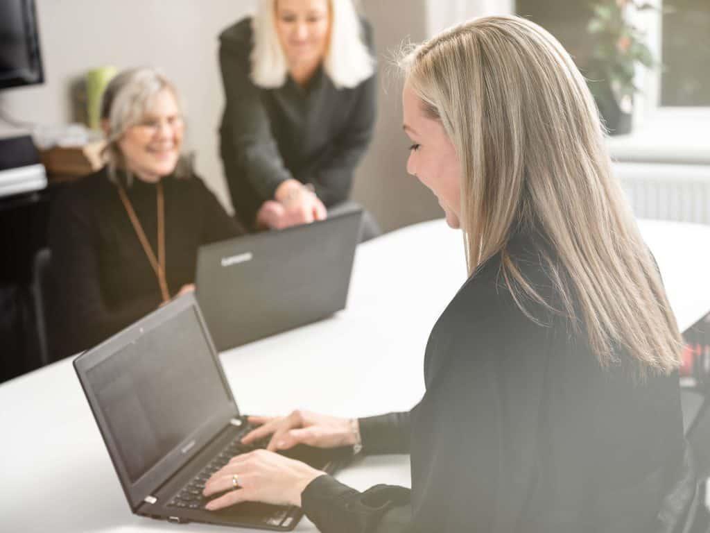 Anställda samarbetar via sina datorer